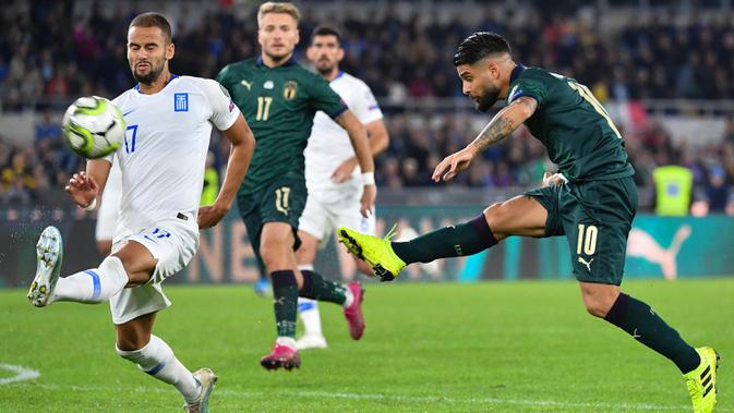 Striker Italia, Lorenzo Insigne, melepas tendangan saat melawan Yunani pada laga Kualifikasi Piala Eropa 2020 di Stadion Olimpico, Roma, Sabtu (12/10). Italia menang 2-1 atas Yunani. (AFP/Alberto Pizzoli)