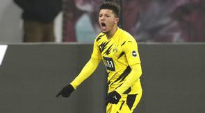 Penyerang Borussia Dortmund, Jadon Sancho, melakukan selebrasi usai mencetak gol ke gawang RB Leipzig pada laga Bundesliga di Stadion Red Bull Arena, Sabtu (9/1/2021). Dortmund menang dengan skor 3-1. (AP/Michael Sohn)