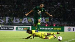 Bek Persebaya, Rachmat Irianto, berusaha melewati pemain Persik Kediri, Ibrahim Sanjaya, pada laga pembuka Shopee Liga 1 2020, Sabtu (29/2). Persebaya dan Persik bermain imbang 1-1. (Bola.com/Aditya Wany)