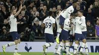 Para pemain Tottenham Hotspur merayakan gol Giovani Lo Celso ke gawang Middlesbrough FC pada pertandingan Piala FA di Tottenham Hotspur Stadium, London, Selasa (14/1/2020). Tottenham menang 2-1 dan lolos ke babak 32 besar. (AP Photo/Matt Dunham)