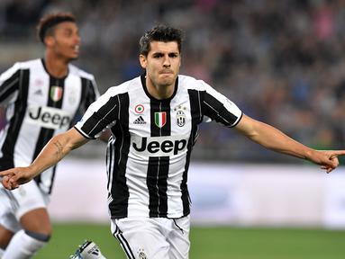 Penyerang Juventus, Alvaro Morata berselebrasi usai mencetak gol ke gawang AC Milan pada pertandingan final Piala Tim Italia di Stadion Olimpiade di Roma pada 21 Mei 2016.  Alvaro Morata kembali ke mantan klubnya, Juventus dari Atletico Madrid sebagai pemain pinjaman. (AFP/Tiziana Fabi)