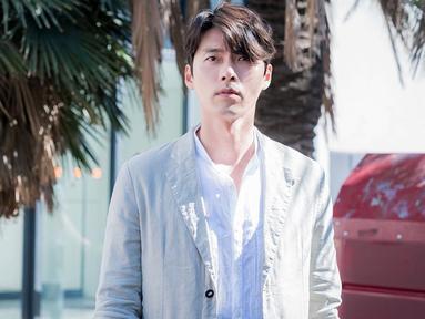 Penampilan Hyun Bin satu ini juga menjadi sorotan publik. Menggunakan outer warna senada dengan kemeja yang dipakai, gaya santai Hyun Bin satu ini bisa menjadi inspirasi. (Liputan6.com/IG/@vast.ent)