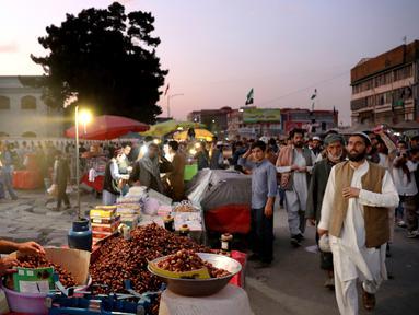 Warga berbelanja di Pasar Kota Tua Kabul, Afghanistan, Minggu (8/9/2019). Kabul merupakan kota pegunungan yang berusia 3.500 tahun. (AP Photo/Ebrahim Noroozi)