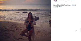 Beberapa waktu silam, Tamara Bleszynski mengunggah foto saat ia melakukan yoga. Uniknya, wanita kelahiran 25 Desember 1974 ini mengenakan bikini saat berbikini. (instagram.com/tamarableszynskiofficia)