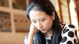 Konsentrasi penuh menjadi kunci Irene Sukandar bisa meraih gelar Grand Master. Ya, Grand Master ia dapatkan pada 2009. Jam terbang GM Irene di dunia catur cukup tinggi hingga tidak heran kini ia menjadi pecatur andalan Indonesia. (Liputan6.com/IG/@irene_sukandar)