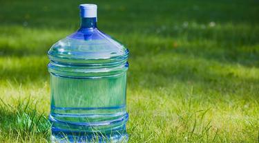 Bahaya di Balik Air Minum Kemasan Galon Isi Ulang