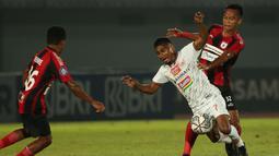 Pemain Persipura Jayapura, Muhammad Tahir (kanan) berebut bola dengan pemain Persija Jakarta, Ramdani Lestaluhu dalam laga pekan ke-3 BRI Liga 1 2021/2022 di Stadion Indomilk Arena, Tangerang, Minggu (19/9/2021). Kedua tim bermain imbang 0-0. (Bola.com/Ikhwan Yanuar)
