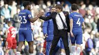Pelatih Chelsea, Antonio Conte, menyalami Michy Batshuayi usai mengalahkan Watford pada laga Premier League di Stadion Stamford Bridge, London, Sabtu (21/10/2017). Chelsea menang 4-2 atas Watford. (AP/Matt Dunham)