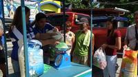 Petugas desa menimbang botol plastik dan sampah plastik lainnya yang akan ditukar dengan beras. Program tersebut bertujuan untuk mengedukasi masyarakat tentang pemilahan sampah yang benar. (PNA/ Villamor Visaya Jr.)