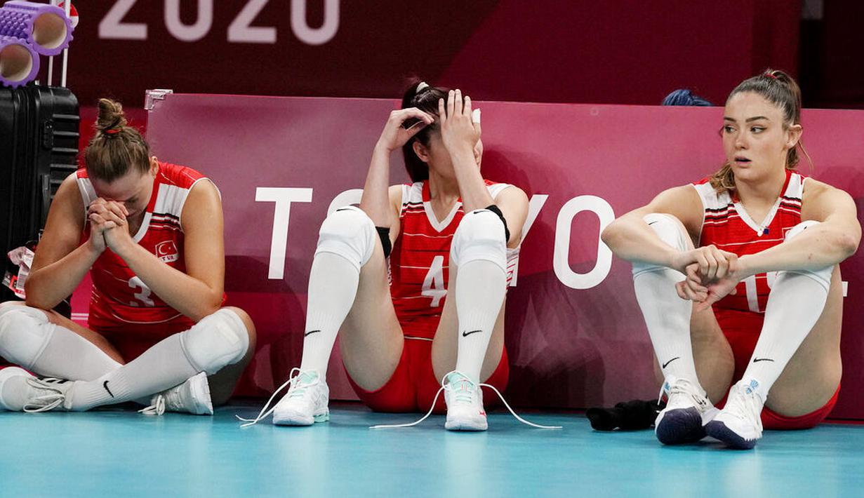 Para pevoli putri Turki tak mampu menutupi kekecewaan usai ditaklukkan Korea Selatan pada laga perempat final Olimpiade Tokyo 2020 di Ariake Arena, Rabu (4/8/2021). (Foto: AP/Frank Augstein)