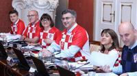 Pegawai kementerian keuangan Kroasia menggunakan jersey timnas saat menggelar rapat. (http://www.novilist.hr)