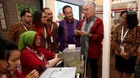 Menteri Perdagangan, Enggartiasto Lukita didampingi Direktur Independen PT HM Sampoerna Tbk, Yos Adiguna Ginting  mengunjungi Paviliun Sampoerna pada Trade Expo Indonesia ke-32 di ICE BSD City, Tangerang, Banten, Rabu (11/10). (Liputan6.com)