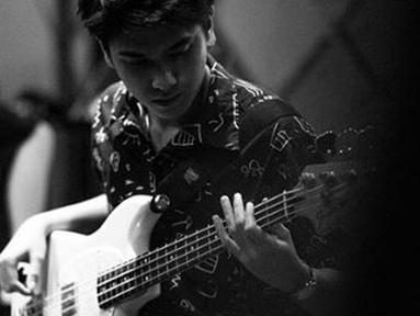 Dari boyband, Iqbaal beralih menjadi anak band. Ia bergabung dengan The Second Breaktime, band beraliran pop punk. (Liputan6.com/IG/@iqbaal.e)