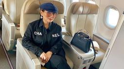 Begini penampilan Nia Daniaty saat tengah melakukan perjalanan menggunakan pesawat. Penampilannya jadi sorotan netizen karena mengenakan busana dengan brand ternama. (Liputan6.com/IG/@niadaniatynew)