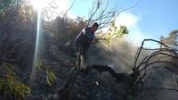 Upaya pemadaman kebakaran Gunung Sumbing, Wonosobo, Jawa Tengah. (Foto: Liputan6.com/Polsek Kalikajar/Muhamad Ridlo)