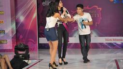 Di atas panggung, Eza Gionino yang berperan sebagai pria suka memainkan hati wanita sempat didorong dan dimarahi peserta Miss Celebrity 2014 kota Bandung, (28/9/14). (Liputan6.com/Panji Diksana)