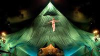 Salah seorang pemain akrobat menampilkan aksi melompat di udara saat pratinjau media untuk pertunjukan 'Cirque Du Soleil: Kooza' di Singapura, Selasa (11/7). (AP/ Wong Maye-E)