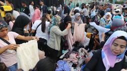 Suasana konsumen saat berbelanja di pedagang kaki lima kawasan luar Pasar Senen, Jakarta, Minggu (1/12/2019). Pedagang kaki lima di luar kawasan pasar senen menolak relokasi di pasar kenari, rencananya akan dipindahkan pada 1 Desember 2019 ini. (Liputan6.com/Herman Zakharia)