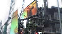 Sebuah layar besar dekat kantor Wali Kota Jakarta Selatan menampilkan tayangan video mesum. (Ist)