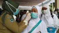 Jemaah haji asal Bengkulu yang tergabung di kloter 7 Embarkasi Padang tiba di Bandara Fatmawati Soekarno pada Kamis (8/10/2015), langsung dilakukan pemeriksaan kesehatan.