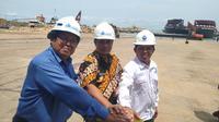 Kabupaten Lamongan memperkuat posisinya sebagai salah satu pusat industri maritim di Indonesia dengan peluncuran kapal tongkang Maritim Perkasa 3031 (Liputan6.com/ Dian Kurniawan)