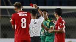 Bek Persebaya Surabaya, Rizky Ridho (kedua dari kanan) menerima kartu merah dari wasit Agus Fauzan saat menghadapi Persik Kediri dalam laga Grup C Piala Menpora 2021 di Stadion Si Jalak Harupat, Bandung, Selasa (23/3/2021). Persebaya menang 2-1 atas Persik. (Bola.com/M Iqbal Ichsan)