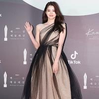 Han So Hee menghadiri Baeksang Arts Awards ke-56 di KINTEX, Goyang-si, Korea Selatan, 5 Juni 2020. (dok. Instagram @xeesoxee.fanpage/https://www.instagram.com/p/CBDHTnDnffB/)