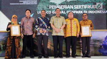 Menteri PPN / Kepala Bappenas Bambang Brodjonegoro (kedua kanan) foto bersama dengan Menko Maritim, Menteri Pariwisata dan Kepala Bekraf pada Pemberian Sertifikat UNESCO Global Geopark di Jakarta, Kamis (12/07). (Liputan6.com/HO/Bappenas)