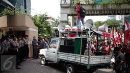 Seorang mahasiswa berorasi di atas mobil saat aksi bela Indonesia terkait Freeport di Kantor PT. Freeport Indonesia, Jakarta, Jumat (24/2). (Liputan6.com/Faizal Fanani)