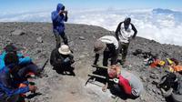 Komunitas Gimbal Alas Indonesia memasang prasasti Soe Hok Gie dan Idhan Lubis di gerbang puncak Gunung Semeru. Pemasangan dilakukan pada 19 - 20 September 2020 (Gimbal Alas)