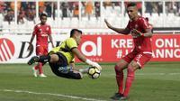 Kiper Persija, Shahar Ginanjar, menangkap bola saat melawan Persela pada laga Liga 1 di SUGBK, Jakarta, Selasa (20/11). Persija menang 3-0 atas Persela. (Bola.com/Yoppy Renato)
