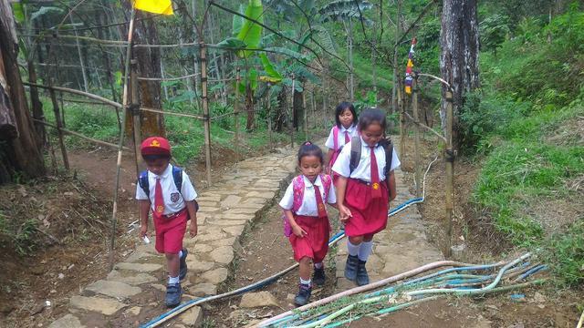 Anak-anak Dusun Pesawahan, Gununglurah, Cilongok, Banyumas, melintas berkilometer di tengnah hutan untuk bersekolah di desa tetangga. (Foto: Liputan6.com/Muhamad Ridlo)