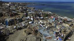 "Perkampungan Port-au-Prince yang terletak di pinggir pantai setelah dihantam badai Matthew, Haiti, Senin (10/10). Haiti menghadapi krisis kemanusian yang membutuhkan ""respon masif"" dari masyarakat internasional. (AFP Photo/Nicolas Garcia)"