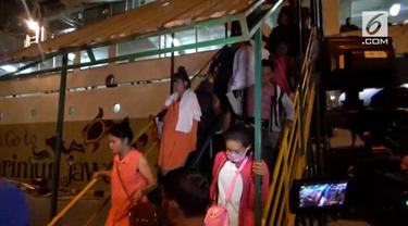 Ratusan turis yang sempat mengantre di pelabuhan untuk dievakuasi kini sudah tiba di pelabuhan Tanjung Benoa, Bali.