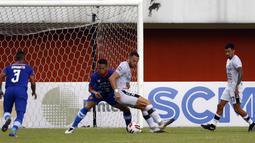 Baru 12 menit laga berjalan, Ilija Spasojevic (dua kanan) sukses membuka keunggulan setelah tembakan kerasnya dari luar kotak penalti. (Bola.com/Ikhwan Yanuar)