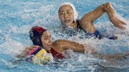 Pemain polo air putri Indonesia, Nyoman Ayu, mengamankan bola saat melawan tim polo air Jepang pada laga Asian Games di Aquatic Center, GBK, Jakarta, Kamis (16/8/2018). Jepang menang 15–4 atas Indonesia. (Bola.com/Vitalis Yogi Trisna)