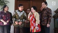 Ketua Umum Partai Gerindra Parbowo Subianto (dua kiri) berbincang dengan Ketua Umum PDIP Megawati Soekarnoputri saat berkunjung ke kediaman Megawati di Jalan Teuku Umar, Jakarta, Rabu (24/7/2019). Dalam pertemuan tersebut juga terlihat anak Megawati, Puan Maharani. (Liputan6.com/Helmi Fithriansyah)