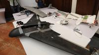 Sebuah pesawat tanpa awak (drone) Ababil buatan Iran milik pemberontak Houthi saat gelar rilis di Abu Dhabi, (19/6). Angkatan bersenjata koalisi Uni Emirat Arab dan militer Yaman menembak jatuh drone di wilayah Hodeidah. (AFP PHOTO / Karim Sahib)