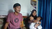 Kedua balita kembar siam di Kendari saat bersama kedua orang tuanya, Rabu (17/7/2019).(Liputan6.com/Ahmad Akbar Fua)