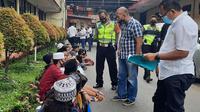 Polisi mengamankan sejumlah pelajar di Tangerang yang hendak ke Jakarta untuk mengikuti demo penolakan RUU Cipta Kerja. (Liputan6.com/Pramita Tristiawati)