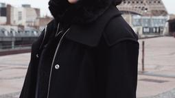 Menggunakan topi baret bewarna abu-abu dan kacamata, gaya busana Tatjana saat berlibur ke Menara Eiffel, Perancis ini bak warga asli Perancis.  (Liputan6.com/IG/tatjanasaphira)