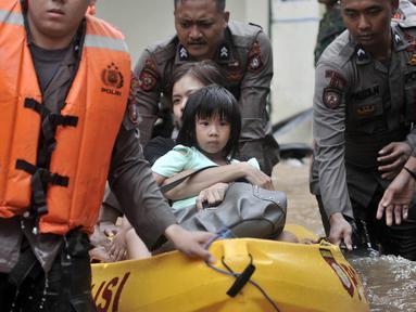 Petugas gabungan mengevakuasi anak-anak saat banjir merendam permukiman Cipinang Melayu, Jakarta, Rabu (1/1/2020). Ratusan rumah warga di Kelurahan Cipinang Melayu terendam banjir hingga ketinggian leher orang dewasa sejak dini hari tadi dan telah menewaskan dua warga. (merdeka.com/Iqbal S Nugroho)