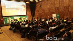 Antusias audiens pada diskusi Bincang Taktik Bola.com di SCTV Tower, Senayan City, Rabu (29/3/2017). Diskusi ini membahas filosofi pelatih Timnas Indonesia Luis Milla. (Bola.com/Nicklas Hanoatubun)
