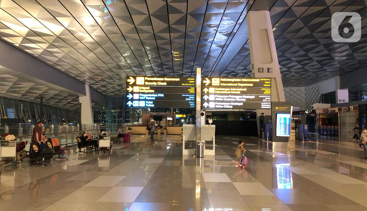 Suasana lengang di Terminal 3 Bandara Internasional Soekarno-Hatta, Tangerang, Kamis (30/4/2020). Dibatalkannya sebagian besar penerbangan akibat pembatasan moda transportasi guna mencegah penyebaran Covid-19 menyebabkan kondisi bandara lebih sepi dibanding biasa. (Liputan6.com/Immanuel Antonius)