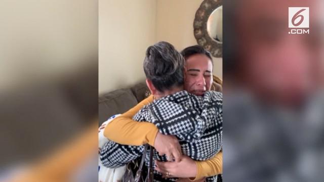 Pertemuan seorang ibu dan anak yang sudah tak bertemu selama 23 tahun bikin haru. Sang ibu datang langsung dari Meksiko untuk bertemu anaknya.