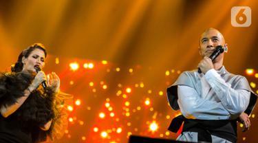 "Marcell dan istrinya Rima Melati saat bernyanyi di atas panggung konser ""Marcell Tujuh Belas"" di Balai Sarbini, Jakarta, Jumat (18/10/2019). Dalam penampilannya mereka membawakan lagu the very thought of you dan sepanjang jalan kenangan. (Liputan6.com/Faizal Fanani)"