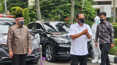 Wali Kota Depok, Mohammad Idris mendampingi Mendagri Tito Karnavian saat peresmian mobil swab keliling