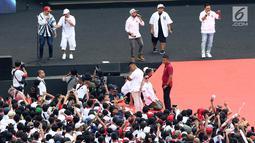 Sejumlah musisi dan artis ibukota membawakan lagu pada kampanye akbar capres dan cawapres Joko Widodo (Jokowi)-Ma'ruf Amin di Stadion Utama GBK, Senayan, Jakarta, Sabtu (13/15). Penampilan kolaborasi dari 100 gitaris Indonesia meramaikan pagelaran Konser Putih Bersatu. (Liputan6.com/Angga Yuniar)