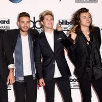 Jelang hiatus, One Direction merilis single berjudul History yang seolah menjadi lagu perpisahan grup yang digawangi Niall Horan, Liam Payne, Louis Tomlinson, dan Harry Styles untuk para Directioners. (AFP/Bintang.com)