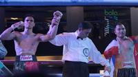 Petinju Indonesia, Ilham Leoisa (kiri) menang atas  petinju Thailand, Paiboon Lorkham pada kelas Super-Lightweight Mahkota Boxing Super Series di Cilandak Town Square, Jakarta (10/3/2018). Ilham menang angka mutlak. (Bola.com/Nick Hanoatubun)